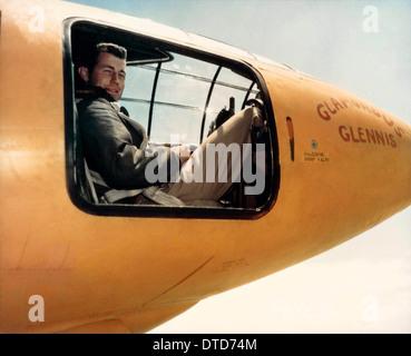 Le pilote d'essai de l'US Air Force le Capitaine Chuck Yeager assis dans le cockpit de Glamorous Glennis Bell X Banque D'Images