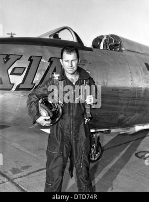 Le pilote d'essai de l'US Air Force Chuck Yeager en combinaison de vol debout devant le Bell X-A1 décembre 1953 Banque D'Images
