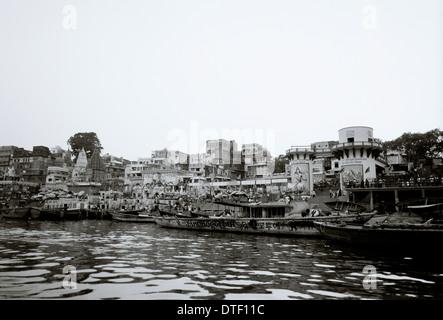 La voile le Gange à Ghat Dashashwamedh à Varanasi Benares dans l'Uttar Pradesh en Inde en Asie du Sud. La sérénité Banque D'Images