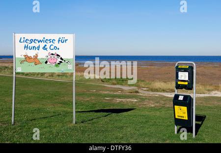 """Panneau """"lawn pour chiens et co' et avec distributeur de sacs pour excréments de chiens, Dornumersiel, Frise orientale, Banque D'Images"""