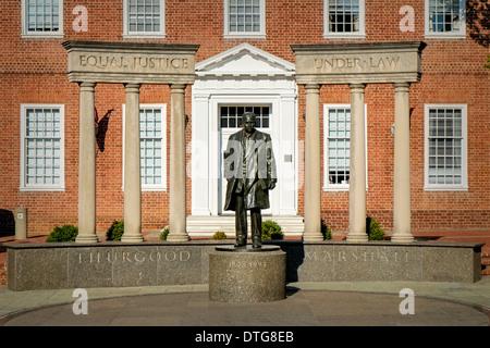 Thurgood Marshall Memorial avec colonnes avec l'égalité devant la justice et en vertu de la Loi gravée de chaque Banque D'Images