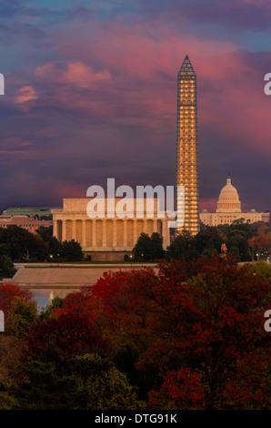 Une vue de l'autre côté de la rivière Potomac au Lincoln Memorial, le Washington Monument et le Capitole en automne et le coucher du soleil. Le pic de l'automne feuillage ajoute de belles couleurs et le Washington Monument Bien que couvert d'échafaudages en raison de réparations à faire en raison de dommages-intérêts de la tremblement de terre de 2010, l'élégance lorsqu'il s'allume au coucher du soleil.