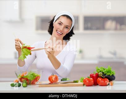 Femme en cuisine faire salad Banque D'Images