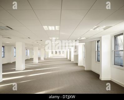Intérieur de l'espace de bureaux vides dans immeuble commercial, King Street, Leeds, Yorkshire. Banque D'Images