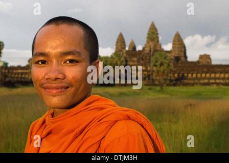 Le moine bouddhiste à l'extérieur du Temple d'Angkor Wat. Angkor Wat, le plus grand monument du groupe d'Angkor Banque D'Images