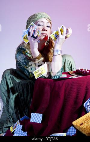 Fortune disant femme des cartes (modèle récent) Banque D'Images