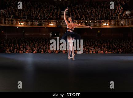 Ballerine effectuant sur scène de théâtre Banque D'Images