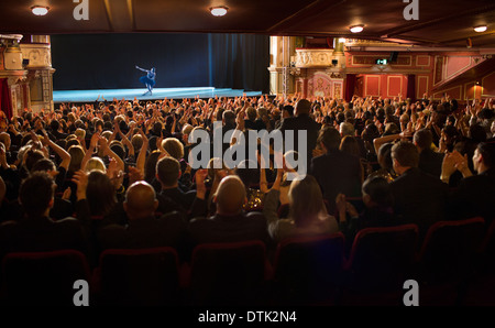 Public applaudissant ballerina on stage in theater Banque D'Images
