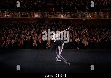 Ballerine bowing on stage in theater Banque D'Images