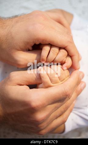 Père holding Baby Boy's hands Banque D'Images