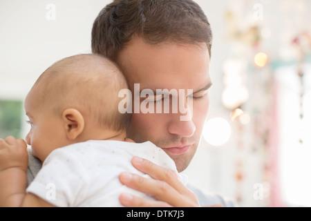 Père holding baby boy Banque D'Images