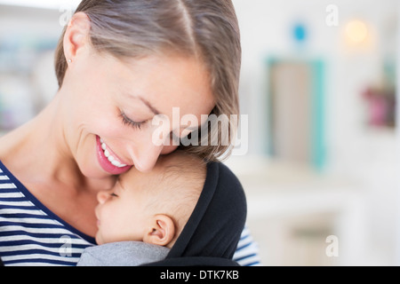 Mother holding sleeping baby boy Banque D'Images