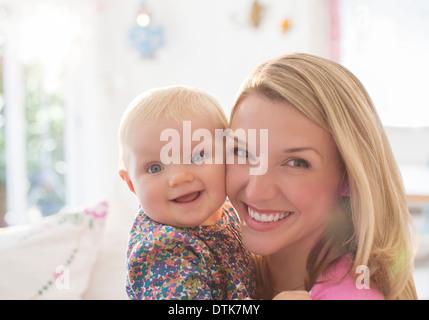 Mother holding baby girl Banque D'Images