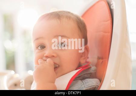 Baby Boy de manger dans une chaise haute