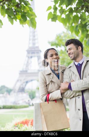 Couple walking in park près de Eiffel Tower, Paris, France Banque D'Images