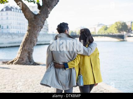 Couple walking along Seine River, Paris, France Banque D'Images