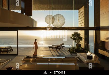 Femme de chambre moderne donnant sur l'océan Banque D'Images
