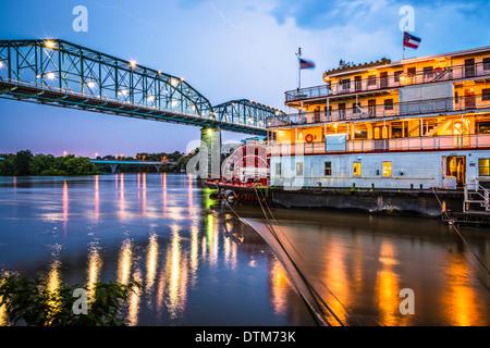 Chattanooga, Tennessee, USA la nuit sur la rivière. Banque D'Images