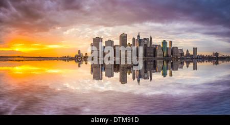 Le quartier financier de la ville de New York dans le Lower Manhattan à partir de l'autre côté de l'East River. Banque D'Images