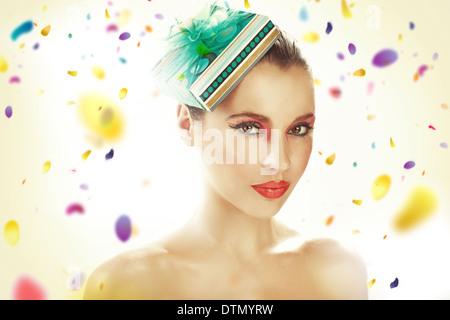 Jeune femme portant chapeau-cadeaux Banque D'Images