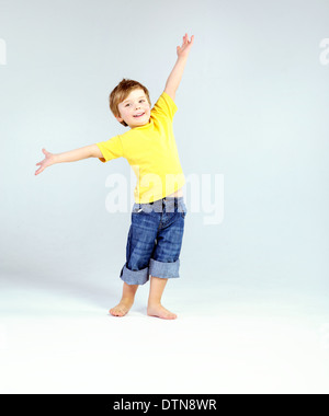 Cute little kid portant des T-shirt jaune Banque D'Images