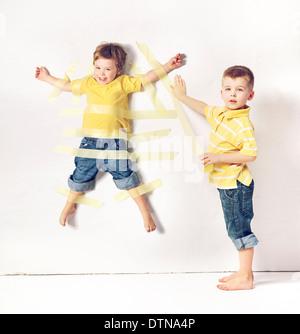 Deux adorables petits frères ayant beaucoup de plaisir Banque D'Images