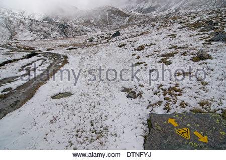 Inscrivez-peints en jaune sur le rocher de l'Alta Via n° 2 piste de montagne dans la région de montagnes couvertes Banque D'Images