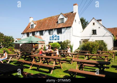 Pub anglais, le White Hart à Cadarcet, avec son joli jardin de bière et des bancs de pique-nique à l'été Banque D'Images