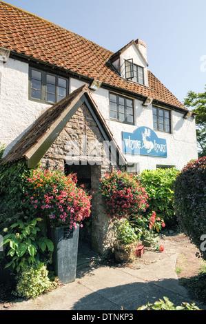 Pub anglais, le White Hart à Cadarcet, avec son joli jardin de bière dans l'été Banque D'Images
