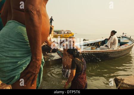 Un couple se baigner dans le Gange, Varanasi, Inde Banque D'Images