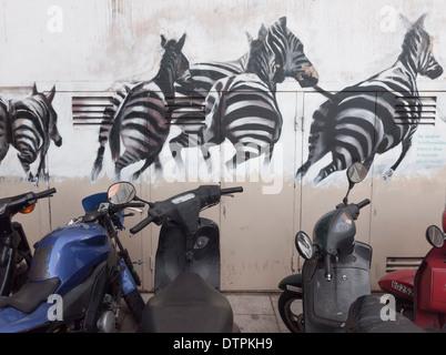 Un graffiti sur le mur d'un immeuble, bloc à Barcelone, Espagne, montre un troupeau de zèbres s'échapper vers la liberté
