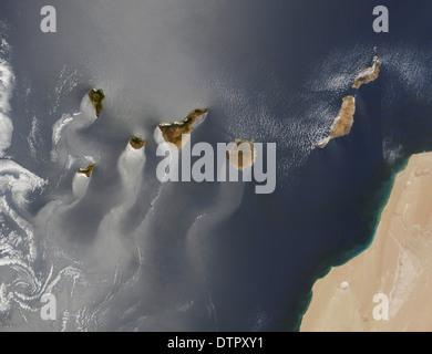 Karmen vortex vent s'écoule autour et entre les îles Canaries est visible par les nuages minces sous le vent en Banque D'Images