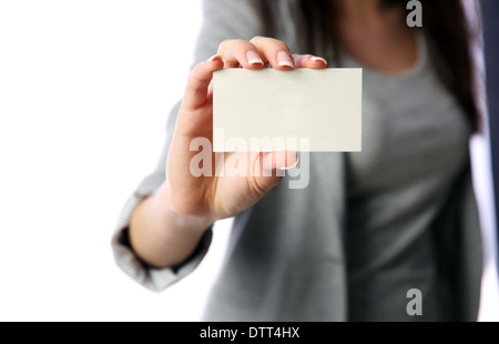 Businesswoman holding blank business card isolé sur fond blanc Banque D'Images