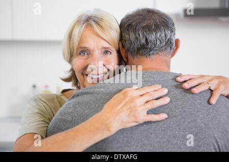 Embrassant couple dancing Banque D'Images