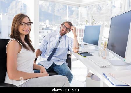 Designers assis à leur bureau Banque D'Images