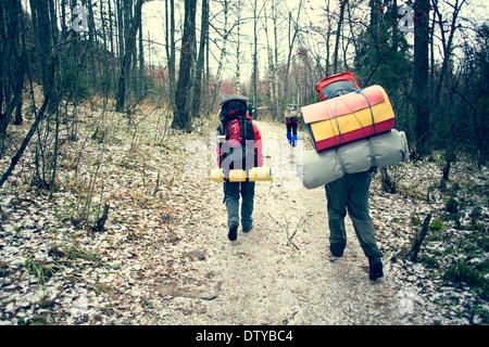 Balades en forêt d'hiver Backpackers Banque D'Images