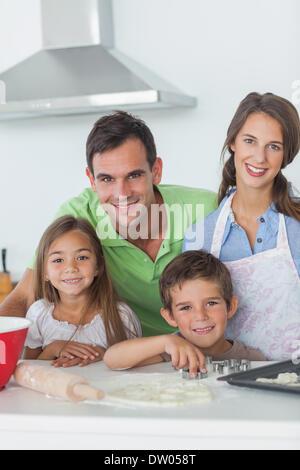 Famille Accueil de cuisson ensemble dans la cuisine Banque D'Images