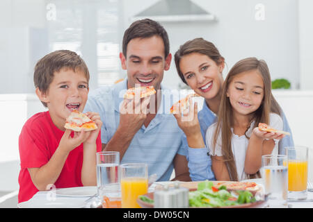 Tranches Family eating pizza Banque D'Images