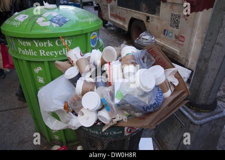 Poubelle débordant de tasses à café principalement à Broadway dans le quartier de SOHO, Manhattan, New York. Banque D'Images