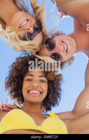 Low angle view of friends on beach Banque D'Images