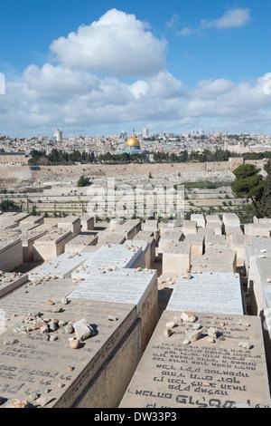 Vue panoramique sur la vieille ville de Jérusalem depuis le mont des Oliviers cimetière juif. Jérusalem. Israël. Banque D'Images