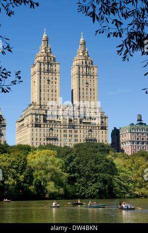 Central Park, New York en été au bord du lac de Central Park West Skyline et les appartements du Dakota. Central Banque D'Images
