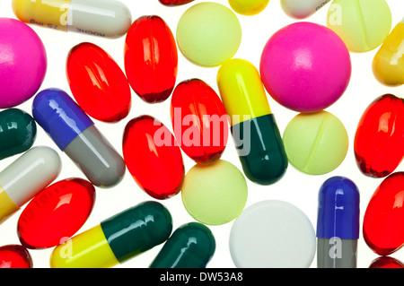 Beaucoup de multi-coloré médicaments COMPRIMÉS COMPRIMÉS MÉDICAMENTS CAPSULES médicaments pilules sur un fond blanc pilule, comprimé, capsule, médicament Banque D'Images