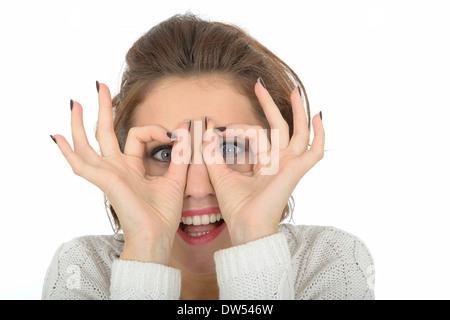Jeune femme à travers les doigts Banque D'Images