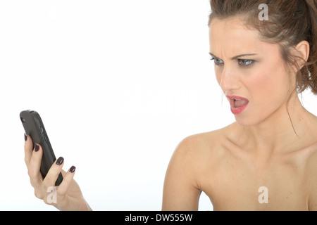 Jeune femme en colère à l'aide de téléphone mobile Banque D'Images