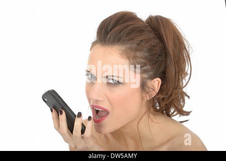 En colère contre la jeune femme à l'aide de téléphone mobile Banque D'Images