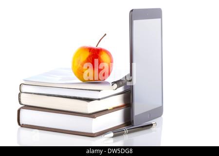 IPad mini avec 2 accessoires scolaires sur fond blanc Banque D'Images