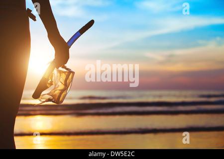 Aventure plage, silhouette de pair avec l'équipement pour la plongée libre Banque D'Images