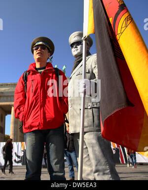 Un touriste asiatique (l) pose pour une photo à la porte de Brandebourg à Berlin, octobre, 03, 2013. De plus en Banque D'Images