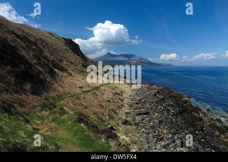 Goat Fell et la baie de Brodick Clauchlands Point sur le chemin côtier, Arran Isle of Arran, Ayrshire